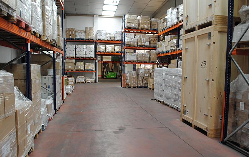 Almacenaje en estanterías tipo Rack y Contenedores de madera