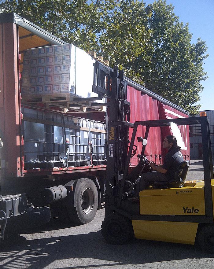 Descarga de mercancías por el lateral del camión